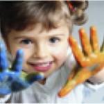 Bimba che colora con le dita